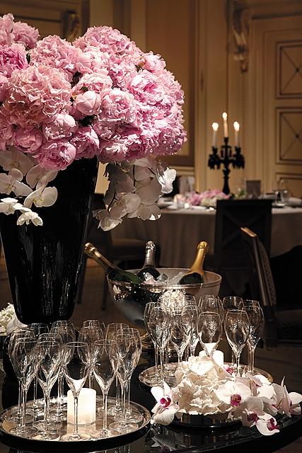 Wedding planner de Mille Mariages pour l'organisation de mariage de prestige et de luxe à l'hôtel Shangri-La Paris, champagne