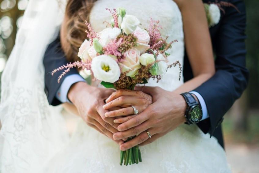 couple de maries bouquet de la mariee reflets-fleurs-bouquet-mariee-millemariages