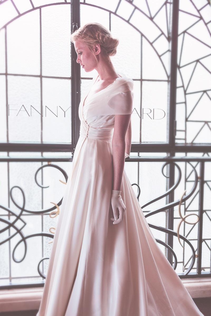 Robe de mariée ( Fanny Liautard) en organza et satin de soie, épaules et décolleté drapé croisé.