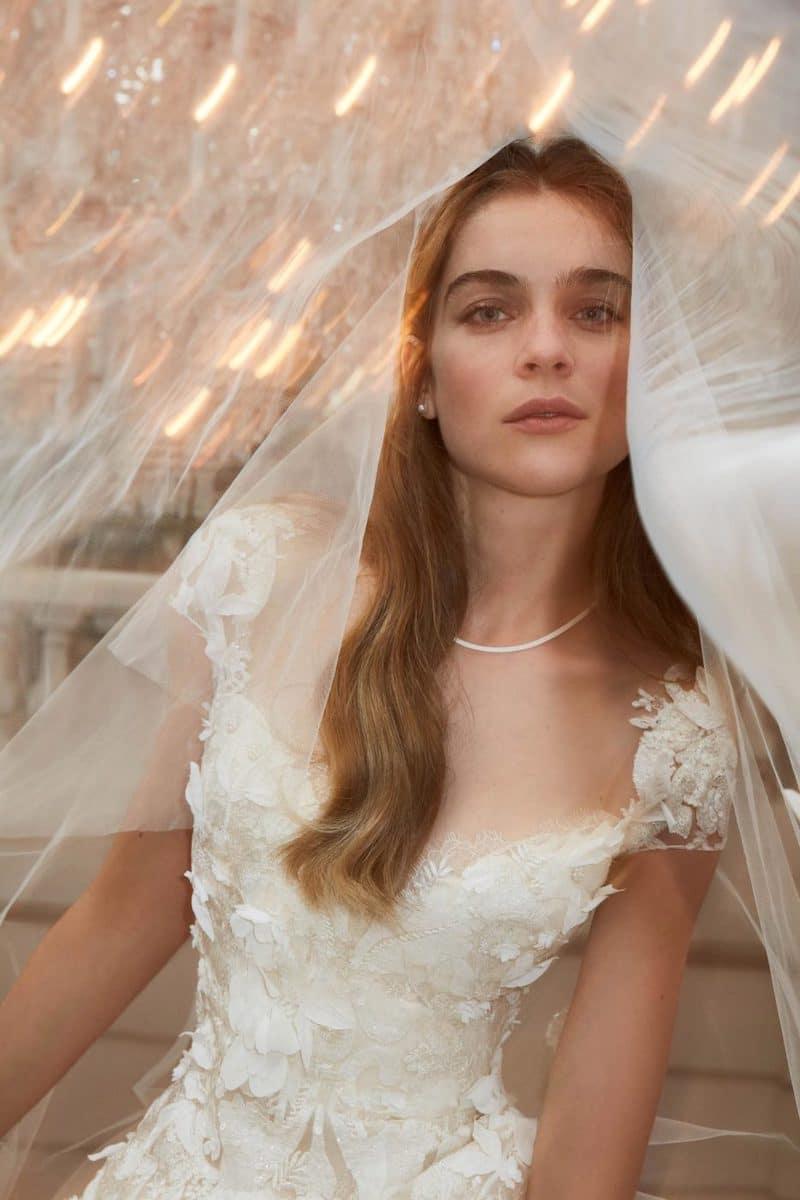 robe de mariée princesse Elie Saab pour le bal de Vienne collection mariage Mille Mariages robe n°22 colier de perles voile